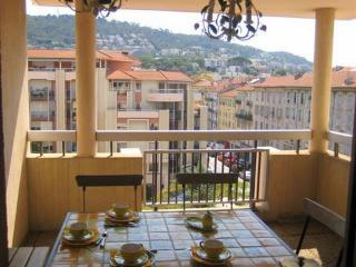 JdV Holidays Apartment Orchis, 3 bedrooms, 3 terraces and fab location near port, Niza
