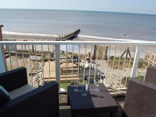 Beach Retreat sea front holiday home, Tywyn