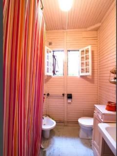 La salle de bain, un peu vetuste mais bien lumineuse! avec un bidet!