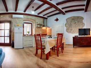 Apartment Domina, Vis