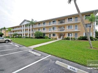 Beautiful condo minutes from 5th Ave and Gulf, Naples