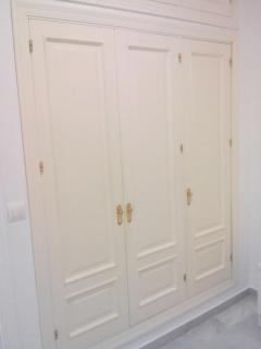 Armario empotrado en el dormitorio principal, con cajoneras, baldas, zapatero y perchas.