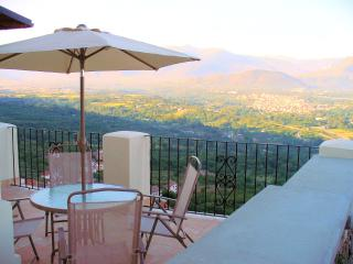 I Terrazzi a stunning house at 450 mts - great views. over looked by a castle, Roccacasale