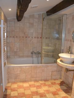 Bathroom with bath/shower/toilet/bidet for bedrooms 3 and 4