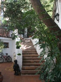 Entrada principal con gran escalera