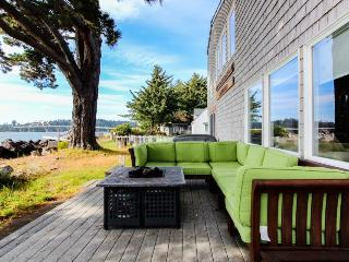 Comfortable bayfront beach house w/classic decor and ocean views!