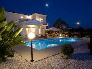 Villa Foster, Peyia. Large 4 Bedroom Villa with Lovely Mature Garden