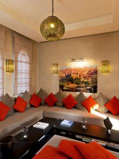 Le salon Marocain pour regarder la télévision .
