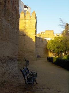 Jardines del Valle con murallas originales de la ciudad al fondo, muy frondoso y con mucha sombra
