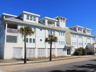 Captain`s Watch - Unit 19 - One Block from the Beach - Close to Shops - Swimming Pool - FREE Wi-Fi, Tybee Island
