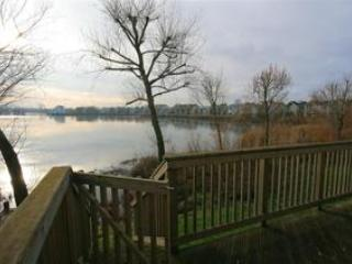 Buttercup Cottage, overlooking the lake, Cotswolds, Somerford Keynes