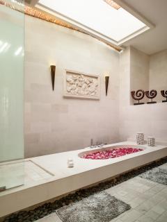 800 sqft en-suite bathroom to the Penthouse Suite