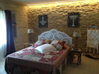 Chambre avec son lit au centre.