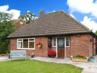 MICKLEGARTH, WiFi, enclosed garden with furniture, close to York city centre, Re