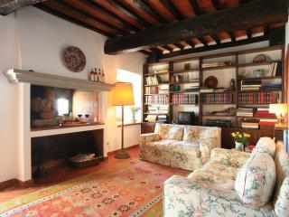 Casa su mura medievali in piccolo borgo toscano