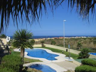 Stylish 2 bedroom apartment with seasonal pool, private parking, storage & wifi, Tarifa