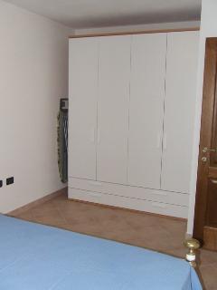 Camera matrimoniale con spazioso armadio