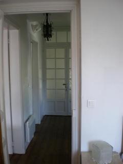 couloir séparant  le séjour - les chambres et salle de bain