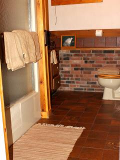 Roaming Bear Room Bathroom, tub & shower