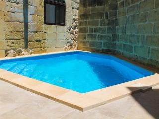 Bright Farmhouse Villa with Dipping Pool, Nadur