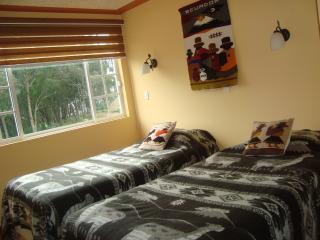 Habitación con 2 camas twin ajustables a king y baño compartido
