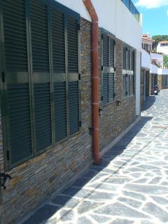 Calle y edificio donde se ubica el apartamento