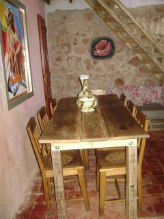 Sala com mesa de refeições para 8 pessoas