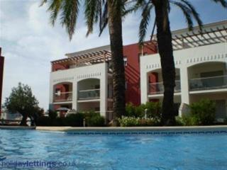 Large and intimate swimming pool priavte only for residents
