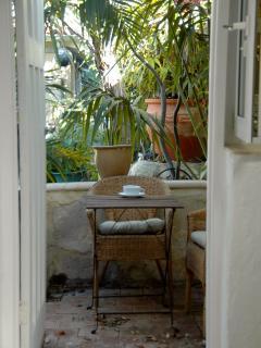 sitting area outside kitchen