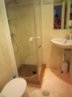 Twin bedroom ensuite bathroom