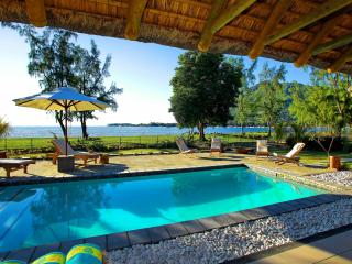 Beachfront Villa in Black River, private pool WIFI, Flic en Flac