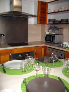 Cuisine: micro ondes, réfrigérateur, congélateur, et toute la vaisselle nécessaire