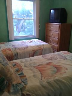 Twin Bed Room/converts to King Bed upon request