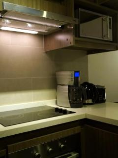 Eletric oven & stove, coffee maker, toaster and kettle