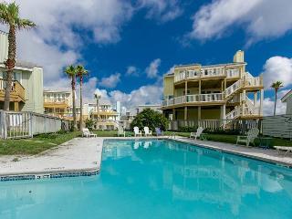 3BR/3BA Unique Beach House, 2 Decks 2 Ocean Views! Winter Texans Welcome!, Port Aransas