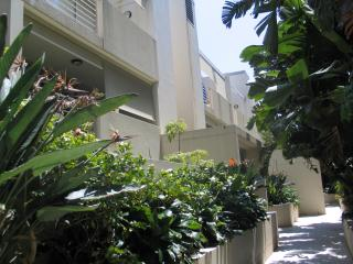 Manly Beach Holiday Apartment with full kitchen, laundry, balcony and parking
