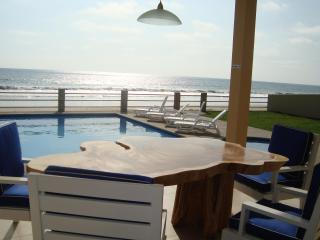 New Luxury Beachfront Villa with Swimming Pool & O, Montanita