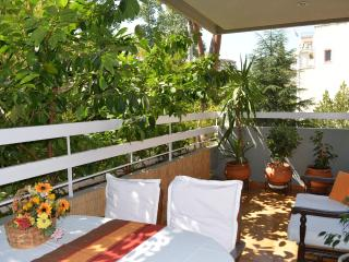 Green Aristocratic Condo, 3-bedr, 130m2 sleep 6-8,, Athens