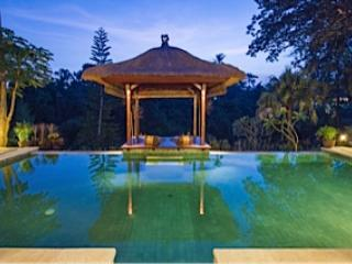 Pool und Pavillon in der Nacht