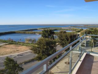 VILLAGE MARINA OLHAO: luxury corner apartment with stunning, uninterrupted views of the sea, islands and lagoon, Olhao