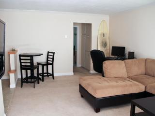 Spacious Condo By The Beach And Bay with Surfboard, San Diego