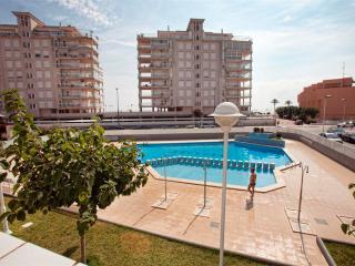Ref 86.- Apartamento cerca de la playa, con amplia terraza, parking y piscina.