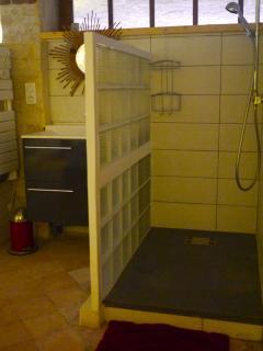 Salle de bains attenante à la chambre avec douche et WC séparé