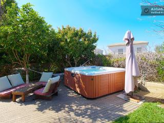 Designer home with hot tub in a Moshav, Ra'anana