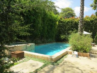Walking distance 3 min. to USLA. pool and spa. 4be