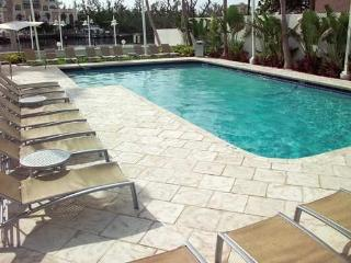 OCEAN OASIS WITH ARTISTIC FLARE/ONE BEDROOM SUITE/GALLERYONE/DOUBLETREE /HILTON