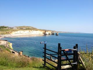 Penthouse Flat at Freshwater Bay. Stunning Sea Views. Balcony. Parking. Wifi.