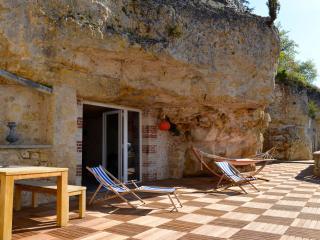 Grande terrasse et entrée principale du gite avec table dinatoire, hamac et transats