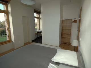 Une chambre spacieuse avec salle d'eau privative