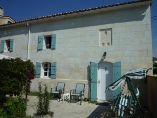 LA CHADE, maison charentaise, piscine, jardin, Villars en Pons